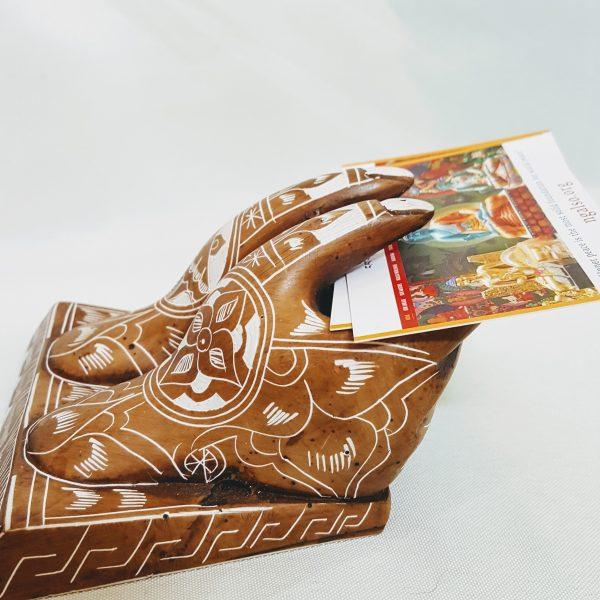 Handen visitekaartjes houder polystone Nepal met boeddhistische movieven